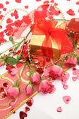 Prezent i róże — Zdjęcie stockowe