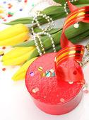 желтые тюльпаны и подарок — Стоковое фото