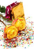 żółte róże i konfetti — Zdjęcie stockowe