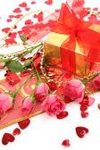 Gift and roses — Stock Photo