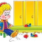 mały chłopiec oddanie jego buty w szatni — Zdjęcie stockowe