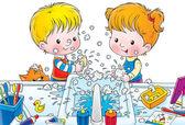 Sabunla ellerini yıkarken bir karışıklık yapmak çocuklar — Stok fotoğraf