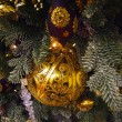 Golden decorations on the  christmas tree — Stock fotografie
