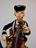 Collectible doll playing on violin — 图库照片