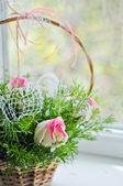 Hermoso ramo de rosas blancas y rosadas en una cesta — Foto de Stock