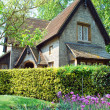 Beautiful traditional English cottage — Stock Photo