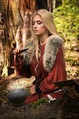 斯堪的纳维亚女巫 pythoness 烹饪药水 — 图库照片