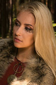 森の中のルーン文字の兆候とスカンジナビアの女の子 — ストック写真
