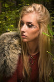 Chica escandinava con signos rúnicas en un bosque — Foto de Stock