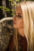 Skandinaviska flicka med runskrift tecken — Stockfoto