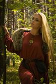 Fille scandinave avec signes runiques — Photo
