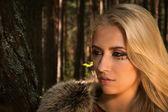 Scandinavische meisje met runen tekenen in een bos — Stockfoto