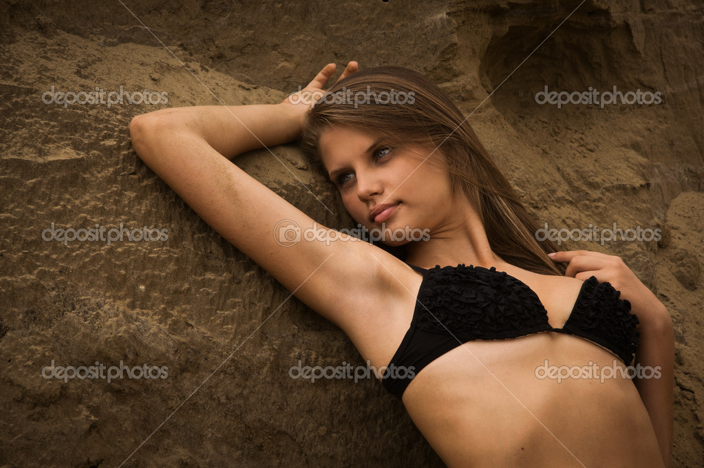 Attractive girl in a bikini on a sandy beach — Stock Photo #12898127