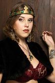 Bir ortaçağ kalesi bir taç giymiş seksi kadın — Stok fotoğraf