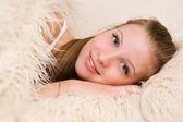 Atractiva mujer acostada en una cama — Foto de Stock