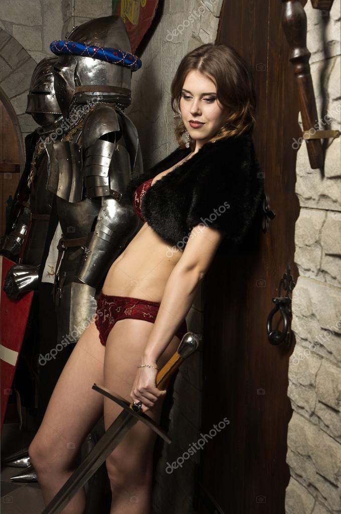 сексуальные девушки со средневековыми мечами