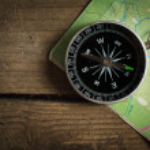 Kompass auf einen Fahrplan — Stockfoto
