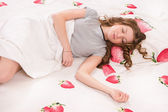 Yatakta uyuyan güzel kız — Stok fotoğraf