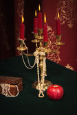 Composición con apple, candelabro y joyería caja — Foto de Stock