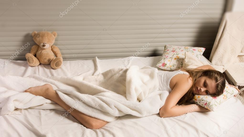 Молодая вредная девка валяется в постели ночью  479619