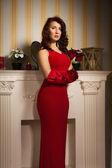 модная дама в красном платье — Стоковое фото