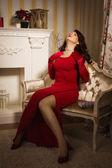 Ritratto romantico di una bella signora in un abito rosso — Foto Stock