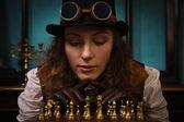 Chica punk vapor juega al ajedrez — Foto de Stock