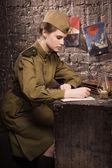 Sovietico donna soldato in uniforme della seconda guerra mondiale scrive una lettera — Foto Stock