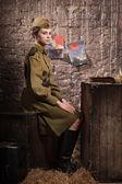 советская женщина-солдат в униформе ii мировой войны в землянке — Стоковое фото