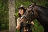 Inek kahverengi at ile kız — Stok fotoğraf