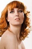 Schöne frau mit roten haaren — Stockfoto