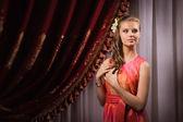 Krásná mladá dívka v historických interiérů — Stock fotografie