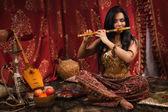 Schöne Frau, die spielt der Flöte — Stockfoto