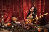 Mooie vrouw de liedachtige spelen — Stockfoto