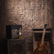 Electric guitar and old amplifier — Photo