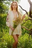 Mujer bonita en el bosque de verano — Foto de Stock