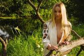 Bella donna sul lago foresta — Foto Stock