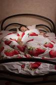 睡在床上的男人 — 图库照片