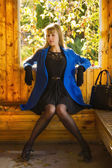 Bella bionda seduta dentro l'arbor — Foto Stock