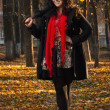 Pretty brunette in autumn park — Foto Stock