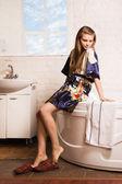 Красивая женщина в ванной комнате — Стоковое фото