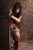 Chica sheriff brotes de un revólver — Foto de Stock