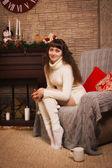 暖炉のそばで座っている若い女の子 — ストック写真