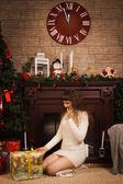 Junges mädchen mit weihnachtsgeschenke — Stockfoto