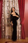Elegantní brunetka v luxusním interiéru. — Stock fotografie