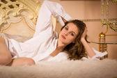 エレガントな女性、寝室で — ストック写真