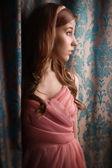 Hermosa joven en el interior vintage — Foto de Stock