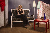 Zmysłowa blondynka w zabytkowych wnętrzach — Zdjęcie stockowe