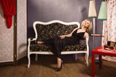 Sensuell blond dam i svart — Stockfoto