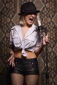 Babe roccia cantando al microfono — Foto Stock